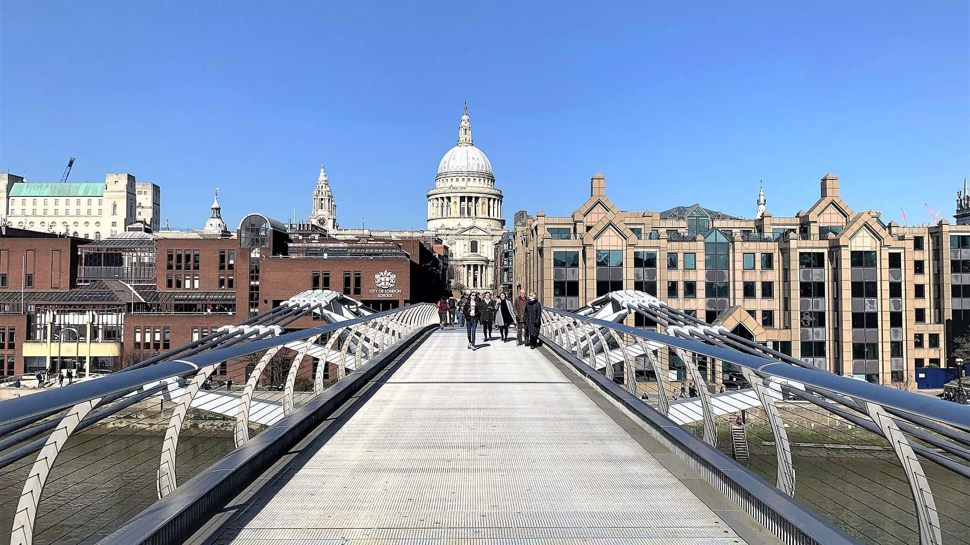 Crossing the River Thames – London Virtual Tour